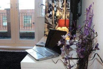 Serviced apartments in Luton with image of desk available as a work station