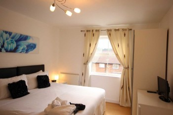 Main bedroom to the serviced apartment in Luton