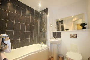 Bathroom to the Northampton Centro 2 bedroom serviced apartment