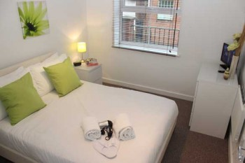 Luton serviced apartment main bedroom